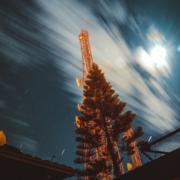 Au pied du pylône